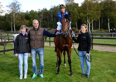 Tiglath och Elione Chaves i vinnarcirkeln tillsammans med Wilma, Lennart Jr och Linda Reuterskiöld | Göteborg 140921 | Foto: Stefan Olsson / Svensk Galopp
