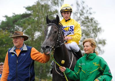 Gold Pursuit och Shane Karlsson tillsammans med Peter och Gisela Jardby  | Göteborg 150913 | Foto: Stefan Olsson / Svensk Galopp