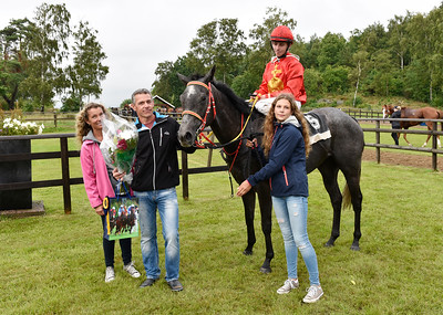 Oh My Rose och Shane Karlsson tillsammans med familjen Juneskans | Göteborg 160710 | Foto: Stefan Olsson / Svensk Galopp