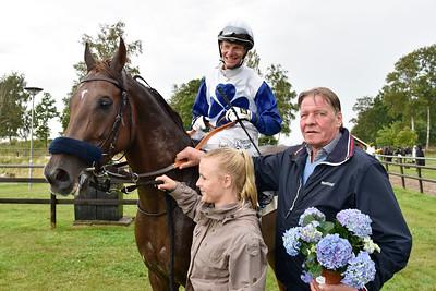 Hans-Inge Larsen tar emot Zacapa och Jacob Johansen i vinnarcirkeln  Göteborg 170730 Foto: Stefan Olsson / Svensk Galopp