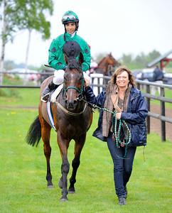 Galvarino tillsammans med Susanne Lucht och Maritin Rodriguez Göteborg 110522  Foto: Stefan Olsson / Svensk Galopp