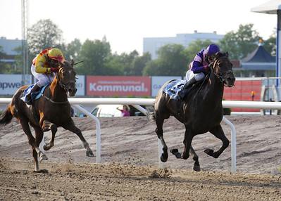 Wings of Thunder och Rafael Schistl vinner före Apilado | DERBY TRIAL Jägersro 110716  Foto: Stefan Olsson / Svensk Galopp