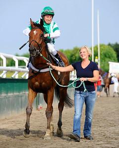 Ever So Rich tillsammans med Manuel Santos och Sofie Möller | Jägersro 110716  Foto: Stefan Olsson / Svensk Galopp