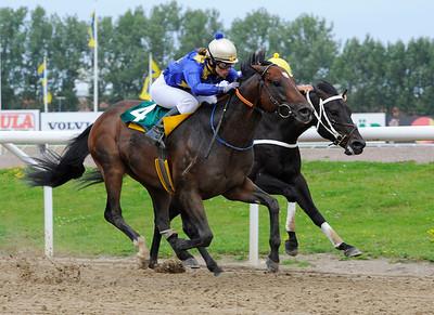 Quick Release och Sara Slot vinner före Just Nu. | Jägersro 110824  Foto: Stefan Olsson / Svensk Galopp