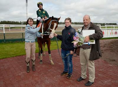 Po Po Poker Face tillsammans med tränare Katharina Stenefeldt och Ulf Persson | Jägersro 110907  Foto: Stefan Olsson / Svensk Galopp