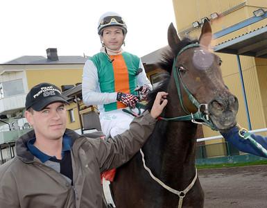 Milibloom tillsammans med tränare Johan Reuterskiöld och Manuel Martinez | Jägersro 111005 |  Foto: Stefan Olsson / Svensk Galopp