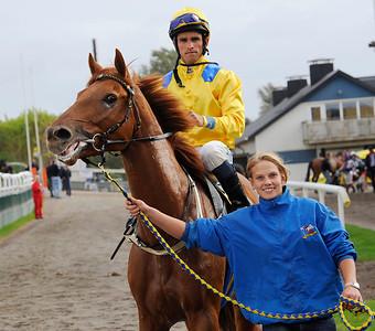 Lion's Prospect tillsammans med Elione Chaves och skötare Emma Körner | Jägersro 111005  Foto: Stefan Olsson / Svensk Galopp