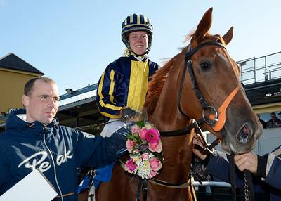 Kanzee Gold tillsammans med Henrik Engblom och tränare Nathalie Mortensen | Jägersro 111012  Foto: Stefan Olsson / Svensk Galopp
