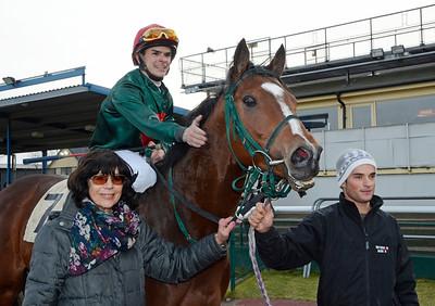 Tränare Bodil Hallencreutz tillsammans med Isalina och Duilio Da Silva | Jägersro 111130 | Foto: Stefan Olsson / Svensk Galopp
