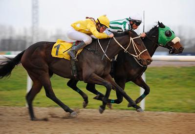 Runsonrun och Danny Patil (invändigt) vinner före Val Fleur  | Jägersro 111207  Foto: Stefan Olsson / Svensk Galopp