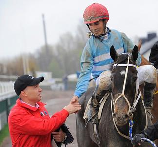 Fredrik Reuterskiöld tar emot Matauri Pearl och Valmir de Azeredo i vinnarcirkeln. | Jägersro 120425 |  Foto: Stefan Olsson / Svensk Galopp