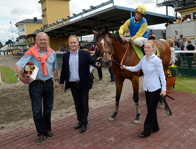 Light The Fire i vinnarcirkeln | Jägersro 120715 |  Foto: Stefan Olsson / Svensk Galopp