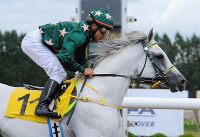 Sanovagan vinner med Carlos Lopez   GOLDEN ARABIAN CUP  Jägersro 120812    Foto: Stefan Olsson / Svensk Galopp