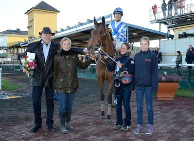 Cat Wind och Jacob Johansen  i vinnarcirkeln tillsammans med fam Jardby och Chris Nilsson | Jägersro 121111 | Foto: Stefan Olsson / Svensk Galopp