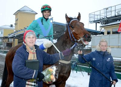 Hilma och Martin Rodriguez i vinnarcirkeln tillsammans med Elisabeth Gautier | Jägersro 121205 | Foto: Stefan Olsson / Svensk Galopp
