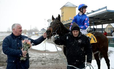 Florence Craye i vinnarcirkeln tillsammans med Bent Olsen och Jacob Johansen | Jägersro 121205 | Foto: Stefan Olsson / Svensk Galopp
