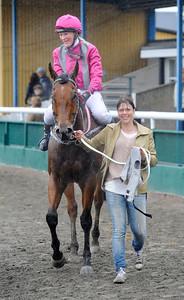 Promise tillsammans med Lea Olsen och tränare Susanne Sivrup-Rosenqvist | Jägersro 130522 | Foto: Stefan Olsson / Svensk Galopp