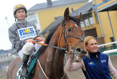 Romanoff på väg mot vinnarcirkeln tillsammans med Manuel Martinez och skötare Josefine Svensson | Jägersro 130522 | Foto: Stefan Olsson / Svensk Galopp