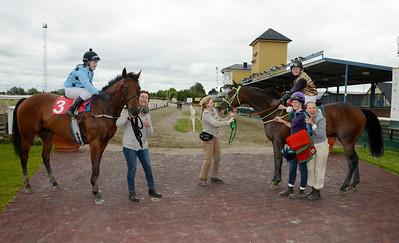 Dött lopp mellan Macleod's (3) och Josefin Landgren och Hurry Harry med Jonna Gustafsson i sadeln (4) | Jägersro 130710 | Foto: Stefan Olsson / Svensk Galopp