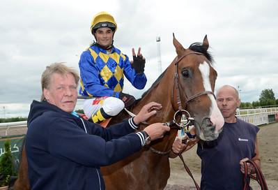 Windy Gap och Davyerson De Barros i vinnarcirkeln tillsammans med Hans-Inge Larsen | Jägersro 130710 | Foto: Stefan Olsson / Svensk Galopp