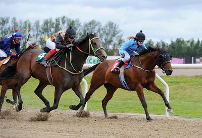 Dött lopp mellan Hurry Harry och Jonna Gustafsson (4) och Macleod's med Josefin Landgren i sadeln | Jägersro 130710 | Foto: Stefan Olsson / Svensk Galopp