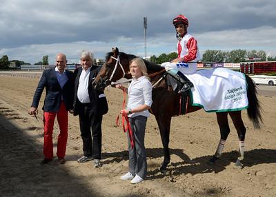 Casanova Star och Elione Chaves tillsammans med Lennart Jr Reuterskiöld och Anders Öhrn| TAPWELL DERBY SPRINT | Jägersro 130811 | Foto: Stefan Olsson / Svensk Galopp
