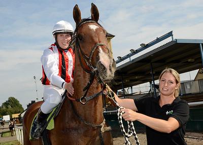 Bosun's Whistle tillsammans med Sara Nilsson och tränare Annika Delinder.| Jägersro 130821 | Foto: Stefan Olsson / Svensk Galopp