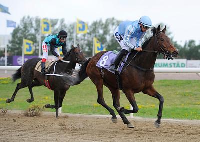 Intiango och Per-Anders Gråberg vinner före Trannel | Jägersro 130821 | Foto: Stefan Olsson / Svensk Galopp