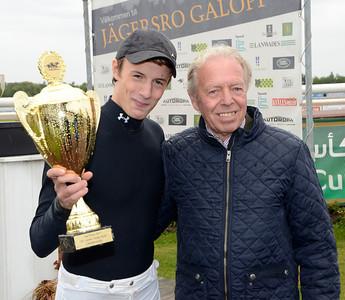 Max W Friberg, tvåa  i Young Riders Championship, får pris av Ole Larsen | Jägersro 130918 | Foto: Stefan Olsson / Svensk Galopp
