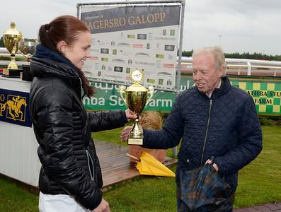 Fanny Olsson, trea i Young Riders Championship, får pris av Ole Larsen | Jägersro 130918 | Foto: Stefan Olsson / Svensk Galopp