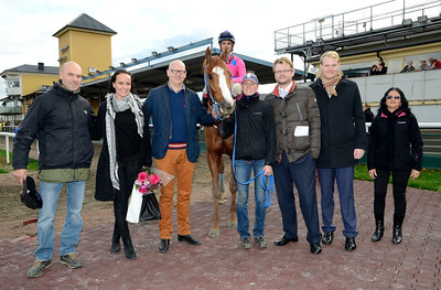 Comprehensive i vinnarcirkeln | Jägersro 131030 | Foto: Stefan Olsson / Svensk Galopp