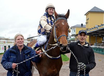 Mrs Velvet och Nathalie Johnsson tillsammans med Karin och Michael Tedesund. | Jägersro 131110 | Foto: Stefan Olsson / Svensk Galopp