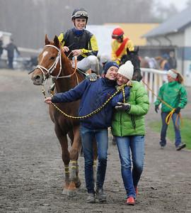 Skötare Sara Nilsson och tränare Vanja Sandrup leder stolt in Spykes Bay och Iago Serry i vinnarcirkeln. | Jägersro 131127 | Foto: Stefan Olsson / Svensk Galopp