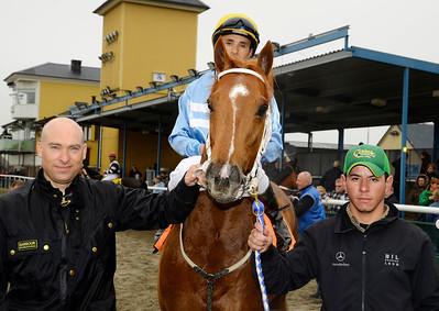 Fredrik Reuterskiöld tar emot Achatino och Valmir de Azeredo i vinnarcirkeln. | Jägersro 140406 | Foto: Stefan Olsson / Svensk Galopp
