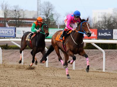 Pink Sensation och Elione Chaves vinner före Academic Cat | Jägersro 140413 | Foto: Stefan Olsson / Svensk Galopp