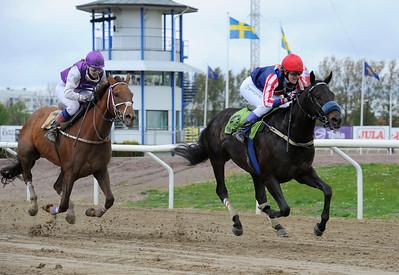 Certo Cito och Nathalie Johnsson vinner före Quick Diamond | Jägersro 130507 | Foto: Stefan Olsson / Svensk Galopp