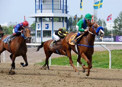 La Indiesita och Manuel Santos vinner före Dolphin's Smile   Jägersro 140521   Foto: Stefan Olsson / Svensk Galopp