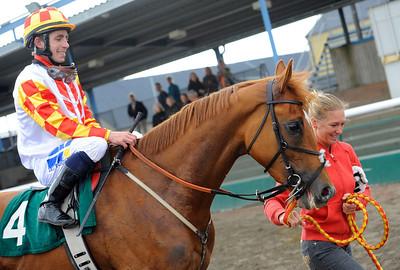 Hat Parade tillsammans med Shane Karlsson och skötare Angela Thornberg.   Jägersro 140604   Foto: Stefan Olsson / Svensk Galopp