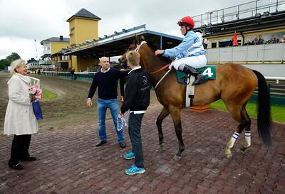 Magnetic South i vinnarcirkeln tillsammans med Sonja Söderberg och tränare Fredrik Reuterskiöld.   Jägersro 140604   Foto: Stefan Olsson / Svensk Galopp