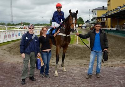 Satang och Dayverson De Barros vinnarcirkeln tillsammans med familjen Nilsson   Jägersro 140604   Foto: Stefan Olsson / Svensk Galopp