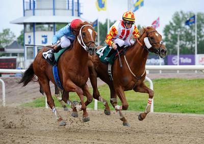 Hat Parade och Shane Karlsson (t h) vinner före Varennes.   Jägersro 140604   Foto: Stefan Olsson / Svensk Galopp