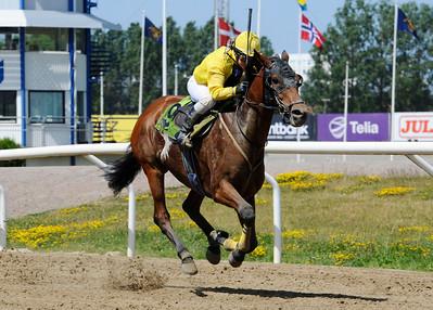 Charmed Star vinner med Josephine Chini | Jägersro 140618 | Foto: Stefan Olsson / Svensk Galopp