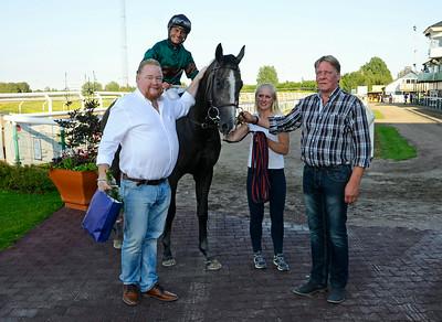 Glory Face och Per-Anders Gråberg i vinnarcirkeln tillsammans med Stefan Ratell och Hans-Inge Larsen  | Jägersro 140719 | Foto: Stefan Olsson / Svensk Galopp
