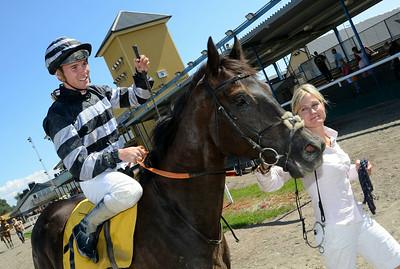 Captain Swift tillsammans med Oliver Wilson och tränare Helena Halling | Jägersro 140723 | Foto: Stefan Olsson / Svensk Galopp