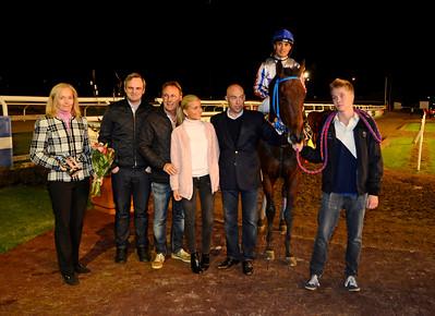 Dr Schultz i vinnarcirkeln | Jägersro 140925 | Foto: Stefan Olsson / Svensk Galopp