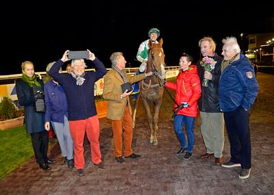 Shalalee i vinnarcirkeln   Jägersro 141109   Foto: Stefan Olsson / Svensk Galopp