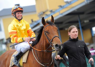 Run By Faith och Dina Danekilde samt skötare Malin Janninge | Jägersro 150412 | Foto: Stefan Olsson / Svensk Galopp