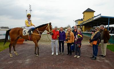 Obrigada i vinnarcirkeln | Jägersro 150412 | Foto: Stefan Olsson / Svensk Galopp