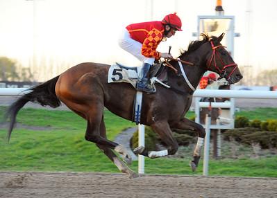 El Magico vinner med Manuel Santos | Jägersro 150427 | Foto: Stefan Olsson / Svensk Galopp