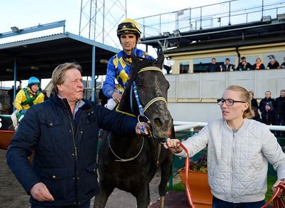 Hans-Inge Larsen tar emot Mr Limpopo och Elione Chaves i vinnarcirkeln | Jägersro 150427 | Foto: Stefan Olsson / Svensk Galopp